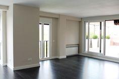 Nuestros clientes transformaron por completo la vivienda, un piso con estancias amplias y muy luminoso, pues se trata de un ático. Todo se hizo completamente nuevo, con materiales de primera calidad y muy moderno y urbano, a juego con una...