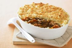This easy recipe for classic cottage pie made with ground beef and potatoes is a stick-to-the-ribs comfort food dish. Variations are included. Pastry Recipes, Pie Recipes, Cooking Recipes, Recipies, Potato Recipes, Delicious Recipes, Dinner Recipes, Bonfire Night Food, British Dishes