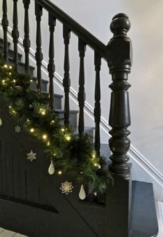 Christmas Garland On Stairs, Stairway Garland, Christmas Hallway, Christmas Home, Christmas Lights, Christmas Wreaths, Christmas Decorations, Black Christmas, Merry Christmas