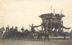 Cartolina fotografica - L'arrivo del Re V.E. III e della Regina Elena al palco d'onore eretto in occasione della cerimonia per la posa della prima pietra per la Nuova Stazione Centrale di Milano