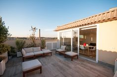 Balcony, terrace and terrace by Fabiola Ferrarello architetto Whilst age-old throughout thought, the pergola has Rooftop Terrace Design, Porch And Terrace, Roof Balcony, Style Asiatique, Exterior Wall Cladding, Terrasse Design, Beautiful Dining Rooms, Ferrat, Exterior House Colors