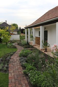 Landscape Ideas For Backyard Porch Garden, Terrace Garden, Garden Paths, Home And Garden, Farmhouse Landscaping, Farmhouse Garden, Backyard Landscaping, Outside Flooring, Small Country Homes