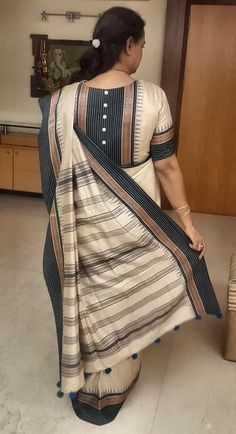 Ever since I was a little girl, I have been enchanted by this goregous tanchoi saree. This is… - glossy makeup Simple Blouse Designs, Stylish Blouse Design, Designer Blouse Patterns, Fancy Blouse Designs, Blouse Neck Designs, Cotton Saree Blouse Designs, Blouse Designs Catalogue, Outfit Invierno, Bollywood