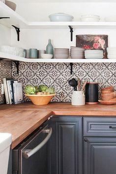 47 Gorgeous Fresh Country Kitchen Decor Ideas - Page 39 of 49 Country Kitchen Designs, Rustic Kitchen Decor, Country Kitchen Tiles, Country Modern Decor, Modern Farmhouse, Cottage Kitchen Tiles, Modern Country Kitchens, Farmhouse Style, Kitchen Layout