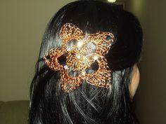 Flor em croche de fio de metal, cobre esmaltado em dourado, bordado com strass..