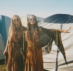 hippie glasses and endless fringe all over these chic boho outfits Hippie Style, Hippie Love, Hippie Chick, Hippie Bohemian, Festival Outfits, Festival Fashion, Festival Wear, Hippie Festival, Festival Style