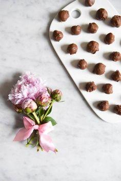 Godkväll!En annan sak som vi gjort idag är chokladbollar.. Kiwis favorit sak att baka.. Kanske för att hon kan göra exakt allt helt själv! Måste säga att hon är en hejare på att göra väldigt fina runda små bollar! :-)Men idag gjorde vi lyxchoklad bollar.. Istället för att rulla dom i kokos eller pärlsocker så...