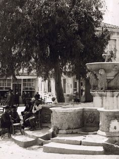 The square with the lions in Heraklion Crete, 1920 Creta Greece, Greece Pictures, Greece Photography, Heraklion, French Photographers, Old Maps, Historical Pictures, Greek Islands, Old Photos