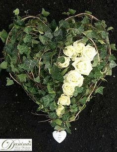 make grave design-yourself-- Grabgestaltung-selber-machen Grave Deco heart of ivy and roses - Wild Flower Arrangements, Funeral Arrangements, Grave Decorations, Flower Decorations, Cemetery Flowers, Sympathy Flowers, Deco Floral, Faux Plants, Funeral Flowers