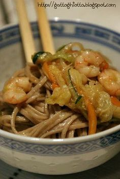 Soba noodles with prawns and vegetables, Petitchef recipe - Recipe Soba Noodles with prawns and vegetables from il gattoghiotto - Veggie Recipes, Fish Recipes, Asian Recipes, Ethnic Recipes, Soba Noodles, Exotic Food, Chicken Wing Recipes, International Recipes, My Favorite Food