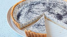 Tento vláčný koláč je spojením hned několika dobrých věcí - tvarohu, citronu, máku a křehkého těsta. A navíc i krásně vypadá!