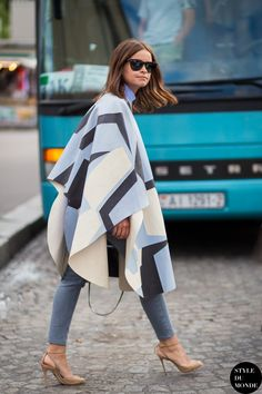 Miroslava Duma: Street Style Inspiration for Petite Women – Glam Radar printed poncho with denim jeans Street Style Inspiration, Street Style Blog, Mode Inspiration, Street Chic, Paris Street, Street Styles, Miroslava Duma, Estilo Fashion, Look Fashion