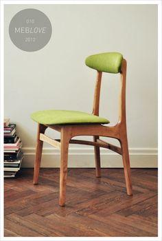 Jeden z licytowanych przedmiotów, krzesło tapicerowane vintage TYP 200-190