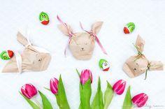 Noch nie war Ostergeschenke verpacken so schön wie mit diesen süßen DIY Hasen-Tütchen aus Kaffeefiltern! Geschenkverpackung schnell & einfach selber machen!