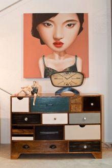 Vintage Tischuhr und bunte Kommode