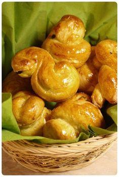 Zvu Vás na snídani :) Tradiční jidáše pečené na Zelený čvrtek, které jsem letos dělala poprvé. Mají prý strávníkům zaručit zdraví, takže odůvod víc, proč si je vyzkoušet. Zapátrala jsem vkuchařkách anakonec přináším lehce adaptovaný recept na toto nasládlé pečivo. Suroviny: 14 dkg másla 7 … Pretzel Bites, Pickles, Sprouts, Cucumber, Bread, Baking, Vegetables, Fruit, Food