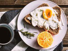 Eier, Zitrusfrucht, Brot und Kaffee