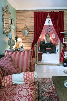 Kartanotyylisessä olohuoneessa on hirsiseinät ja samettiverhot. Mansion style livingroom with logwalls and velvet curtains. Turkoosiksi tuunattu 70-luvun nojatuoli. 70's armchair remade turquoise.   Unelmien Talo&Koti Toimittaja: Anette Nässling Kuva: Toni Härkönen