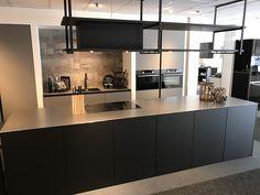 www.loomanskeukens.nl Contemporary Kitchen Design, Eindhoven, Black Kitchens, Home Decor Kitchen, Home Interior Design, Furniture Design, New Homes, House Design, Decoration