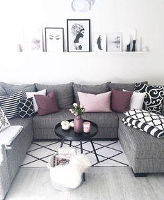 Die Jacquard-Kissenhüllen Torino setzen farbenfrohe Akzente in diesem wunderschönen Wohnzimmer. Der Monochrome Look wird durch das satte Bordeaux der Kissen aufgelockert - einfach perfekt! // Wohnzimmer Monochrom Schwarz Weiss Sofa Grau Couchtisch Bordeaux Rot Deko Kissen Decken #Wohnzimmer #Monochrom #Rot #Sofa #Kissen #WohnzimmerIdeen @frecherfaden