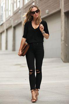 Básicos: Camiseta negra con cuello en V