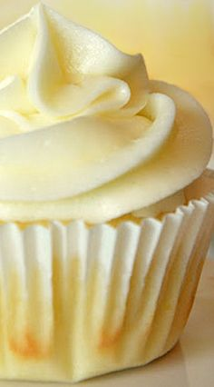 lemon cupcakes with lemon curd filling and lemon buttercream I'l. Yellow Cupcakes, Yummy Cupcakes, Cupcake Cookies, Cupcake Recipes, Baking Recipes, Dessert Recipes, Limoncello, Fun Desserts, Delicious Desserts