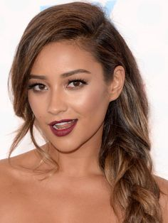 Shay Mitchell Photos - Actress Shay Mitchell attends FOX's 2014 Teen Choice Awards at The Shrine Auditorium on August 2014 in Los Angeles, California. - Arrivals at the Teen Choice Awards Side Part Hairstyles, Braided Hairstyles, Cool Hairstyles, 2015 Hairstyles, Teen Choice Awards 2014, Pretty Braids, Celebrity Beauty, Bad Hair Day, Maquillaje