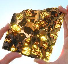 21世紀最大級 45億年前に生まれた「阜康(フカン)隕石」がステンドグラスのように美しい | DDN JAPAN