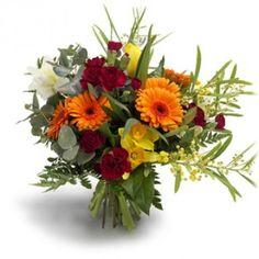 Een fantasierijke mengeling van klassieke bloemen zoals tulpen en gerbera's met een handjevol narcissen en anjers, omringd door bladgroen en bladeren met verschillende structuren.
