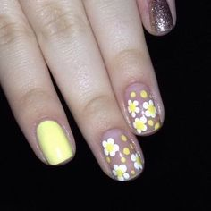 We love these nail designs for Easter! This flower nail design is so pretty! You'll want to try all of these bright and pretty spring nail colors.