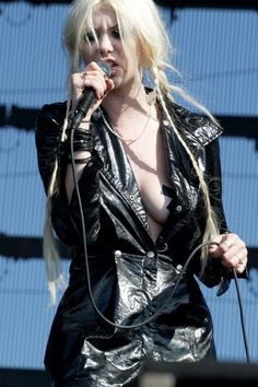 Taylor Momsen ✾ of the Pretty Reckless Fille Heavy Metal, Chica Heavy Metal, Heavy Metal Girl, Gossip Girl, Female Guitarist, Female Singers, Taylor Michel Momsen, Taylor Momsen Style, Ladies Of Metal