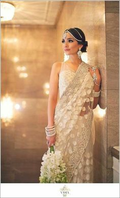 This beautiful bride is wearing a simple white sari with elegant embroidery on the border. This wedding saree is perfect for a fusion bridal saree; add some nice jewelry and it's so beautiful Indian Dresses, Indian Outfits, Indian Clothes, Designer Saree Blouses, White Sari, Indian Bridal Wear, Bridal Sari, Bride Indian, Outfit Trends