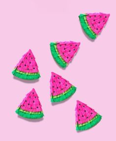 Bookmark these summer party DIY projects to make things like these mini watermelon piñatas. Mini Pinatas, Pinatas Diy, Party Ideas For Teen Girls, Diy Piñata, National Watermelon Day, Fruit Crafts, Fruit Party, Candy Favors, Party Favours