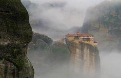 Casa no topo de uma montanha, durante a neblina, em Kalabaka, Grécia.