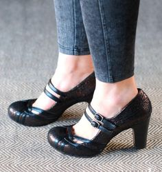 Chie Mihara shoes, sandals, blocs and boots. Buy now original, feminine footwear. Designer shoes of maximum comfort! Oxford Shoes Heels, Shoe Boots, Shoes Sandals, Dress Shoes, Cute Shoes, Me Too Shoes, Girls Formal Shoes, Shoes Online, Fashion Shoes