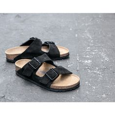 James Perse Exclusive Women's Birkenstock (1.000 HRK) ❤ liked on Polyvore featuring shoes, birkenstock, black, shock absorbing shoes, black shoes, kohl shoes, adjustable shoes e james perse