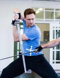 Tom Hiddleston in training for Loki . Action Pose Reference, Human Poses Reference, Pose Reference Photo, Body Reference, Action Poses, Anatomy Reference, Poses Dynamiques, Art Poses, Body Poses