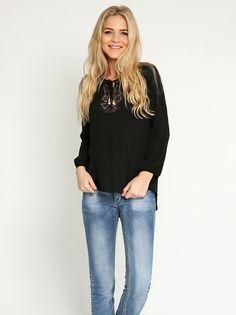 Μπλούζα με δαντέλα στην λαιμόκοψη - 12,99 € - http://www.ilovesales.gr/shop/blouza-me-dantela-stin-lemokopsi-2/
