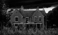 Borley Rectory Lugar: Borley, Inglaterra. La Rectoría de Borley fue construida en 1863 sobre un solar donde se asentaba un convento en el cual se produjeron varios crímenes, el más célebre el de una pareja de eclesiásticos enamorados que fueron cruelmente asesinados al ser descubiertos.  Fantasmas: Poltergeists: ruidos, lanzamiento de objetos, además de gritos, mensajes desesperados en las paredes y apariciones de figuras decapitadas.