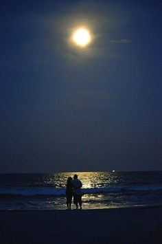 walk on the beach in the moonlight – Daily Quotes Moon Sea, Dream Dates, Beach At Night, Sunset Love, Night Aesthetic, Night Couple, Beautiful Moon, Love Illustration, Cute Couples Goals