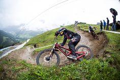 UCI Mountain Bike World Cup 2016 : Claudio Caluori sans chaîne avec Aaron Gwin à Leogang   meltyXtrem