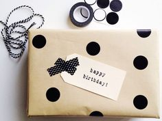 Modern gift wrapping idea with brown kraft and black circle stickers | from The Little Design Corner