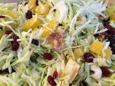 En lækker og fyldig kålsalat som kan spises til det meste. 1/2 hoved fint snittet hvidkål 4-5 stk. Appelsiner i tern 1 dl. tørret tranebær 1 post valnødder groft hakket Dressing: 2-3 spsk. Hvidvinseddike 1 spsk. Honning 1/2 dl. Oliven olie Salt Pisk dressingen sammen og hæld over salaten, Lad den trække i ca. 30…