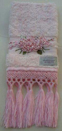 Toalha de lavabo rosa com macrame