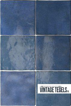 COLONIAL BLUE - Prachtige donkerblauwe wandtegel met een glanzend oppervlak! De Artisan Colonial Blue is een handvorm tegel die past bij een moderne keuken, badkamer of wc!  #colonialblue #artisan #handvorm #wandtegel #modern #keuken #badkamer #wc #strak #vintagetegels Toilet Design, Colonial, Tile Floor, Retro, Tiles, Artisan, House Design, Flooring, Vintage