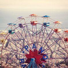Vista de #Barcelona desde el tope de la rueda del parque de atracciones en el cero #Tibidabo #España