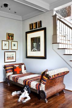 joli canapé sans dossier à motifs ethniques, mur en cadres effet galerie