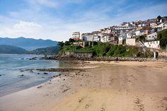 """Muy popular entre los fans de la serie """"Doctor Mateo"""", la villa de Lastres se encarama a la montaña y vive entre cuestas, el verde y el mar. Es tranquila, pacífica y respira paz. Así que además de admirar las vistas, subir y bajar por calles empinadas y embelesarte con sus casas intenta empaparte de la relajación de este rincón tan auténtico de Asturias"""