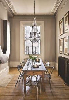 Dans la salle à manger ouverte sur le salon, une table 1820 côtoie des chaises industrielles. Plus de photos sur Côté Maison http://petitlien.fr/8378