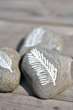 Kolmen Koti Rannikolla: Maalattuja kiviä...